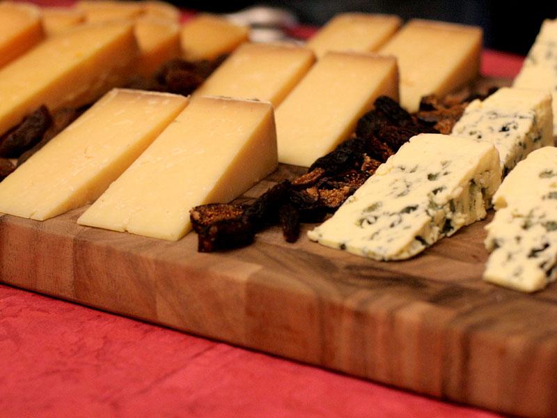 Geschnittener Käse auf Holzplatte